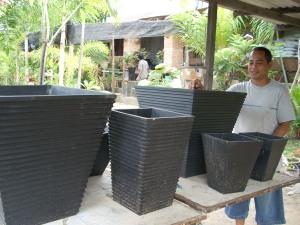 Usaha pembuatan pot minimalis ternyata cukup menguntungkan. Peminatnya  sebagian besar adalah kalangan menengah atas dan pemilik rumah minimalis di  Batam. 0e2c020ab3